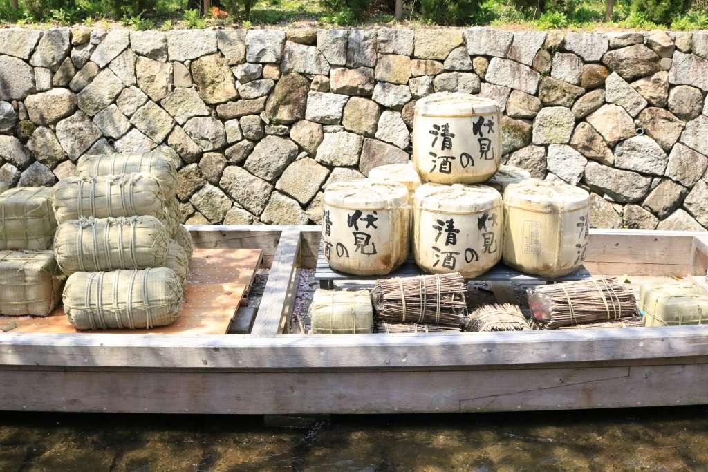 京都市内の繁華街のど真ん中を流れる高瀬川に停泊している謎の船