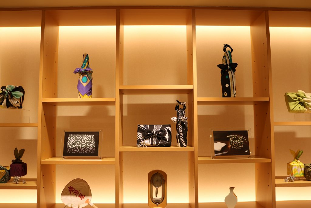 自由自在地整理。制作日本传统的京友禅包袱皮。「包袱」