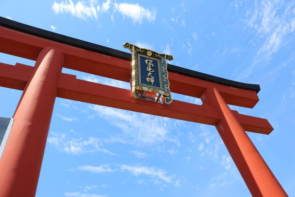 駅からわずか徒歩1分!亀とお酒で有名な京都最古の神社とは
