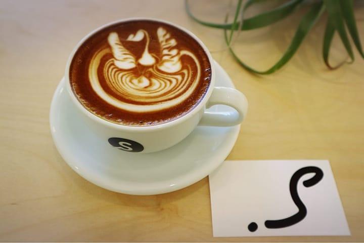 濃厚なカフェラテや温かいコーヒーで美味しく冬を越す「.S  (ドットエス)」