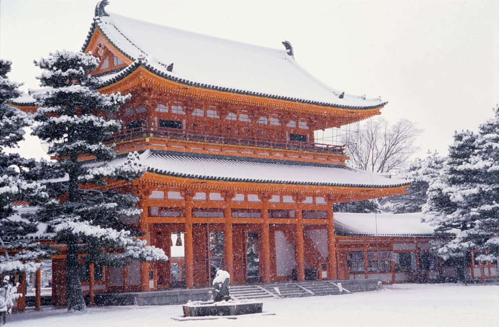 冬限定で見ることができる赤と白のコントラストが美しい「平安神宮」