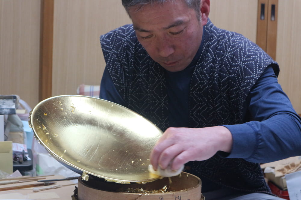 Professionals tells Japanese traditional craft, gold tooling.