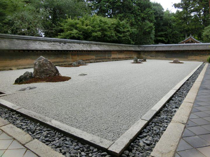 石庭に仕掛けられた数々のトリックが注目を集める「龍安寺」
