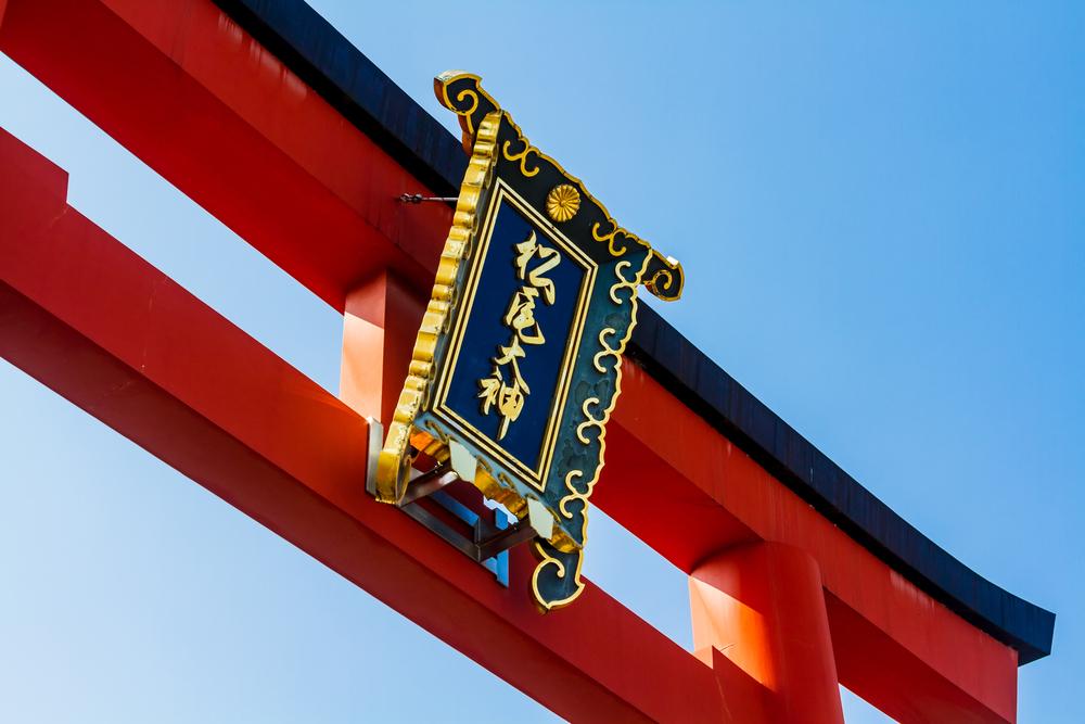 在鮮花盛開時期的嵐山拜訪以酒神為聞名的「松尾大社」