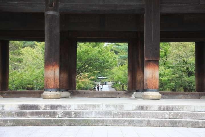 風格のある重厚な太い柱が支える三門