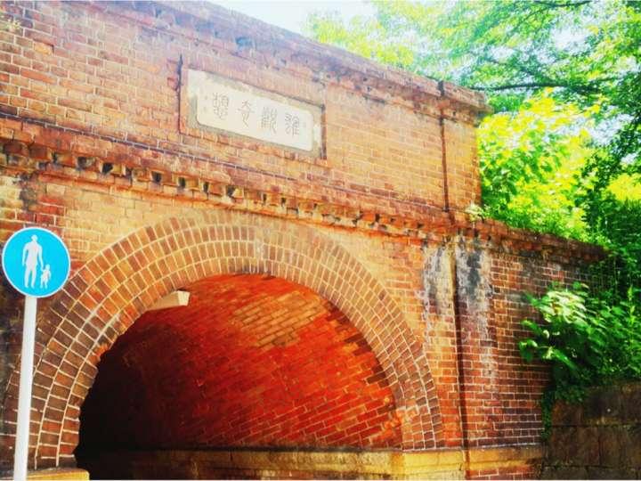 歴史の面影残るレンガのトンネル