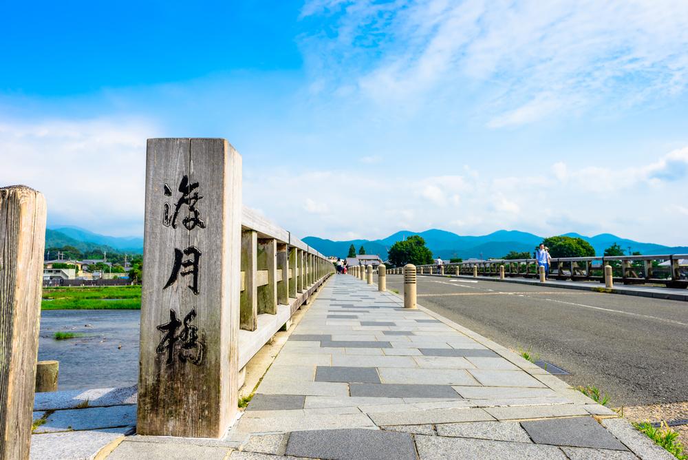 映衬在景色里的渡月桥