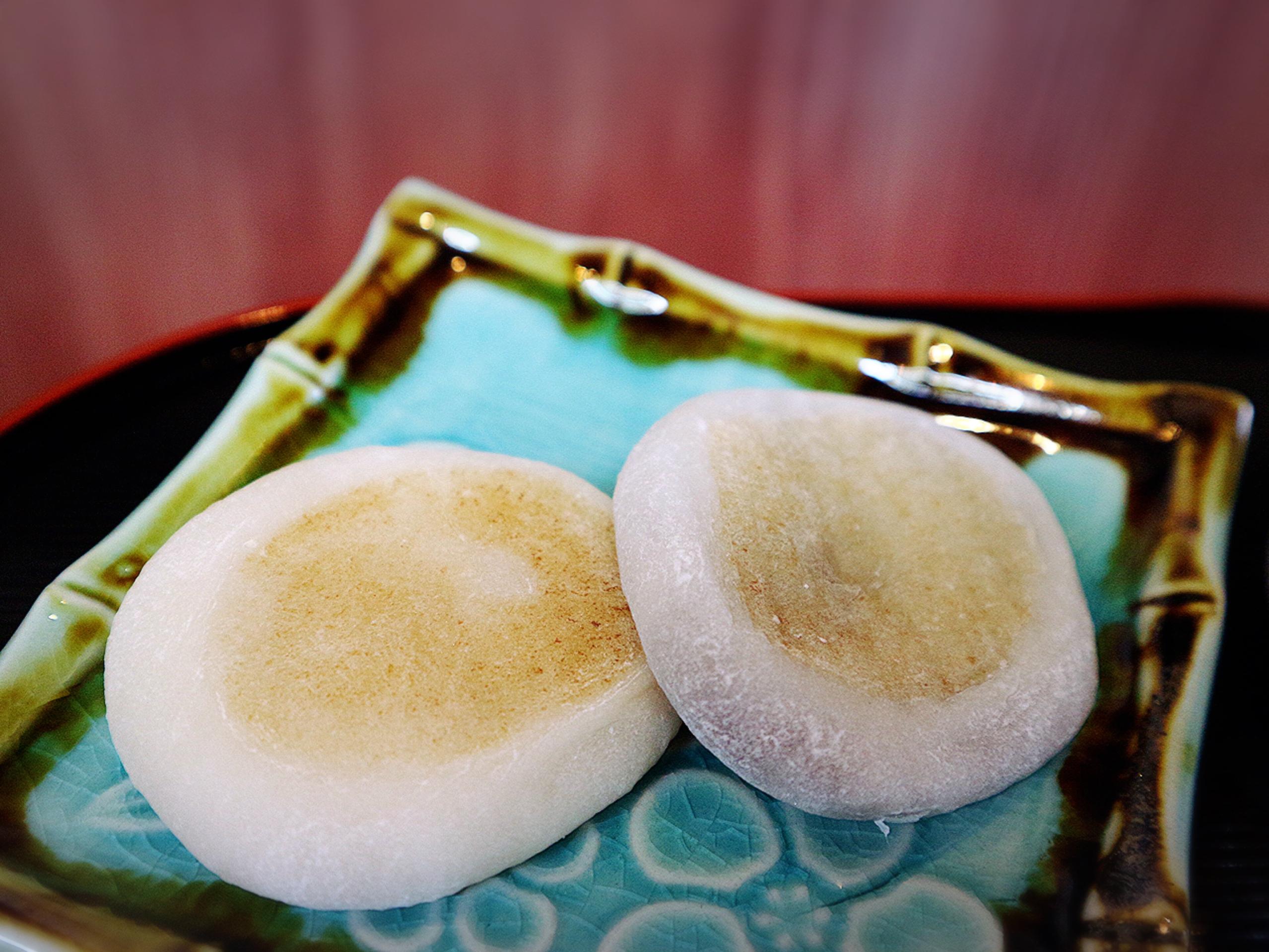 """The specialty """"Rokujo Oyakimochi"""" (Roasted Rice Cake)"""