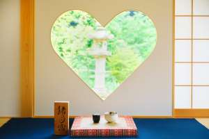 "A temple you can lie down? Heart-shaped pretty window ""Shojuin"""