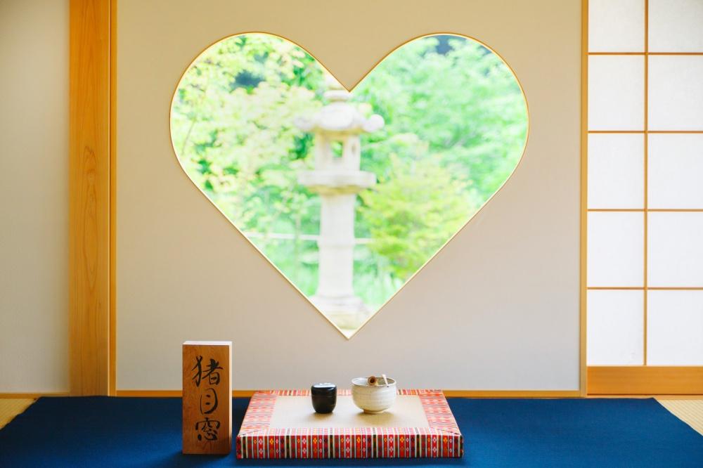 ハートの窓がフォトジェニックな寝転べるお寺「正寿院」