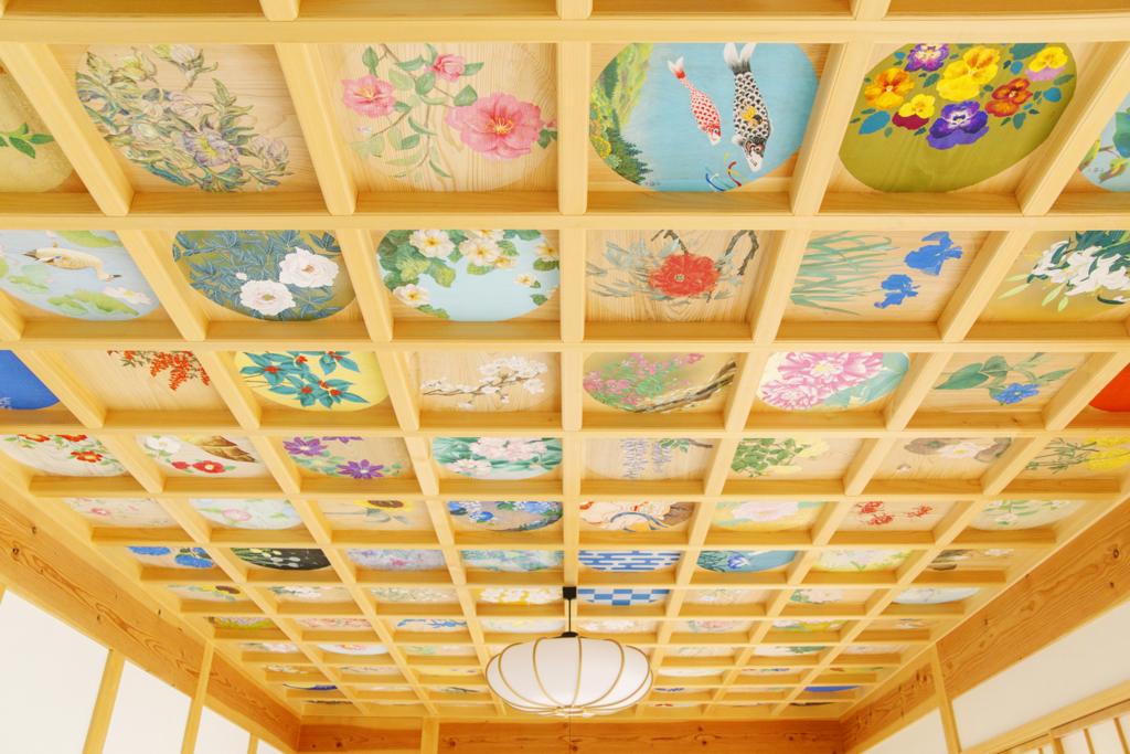 見上げた先には華やかで美しい天井画