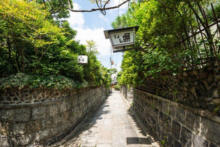 石畳の美しい高台寺の裏道「石塀小路」