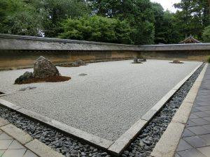 """石庭里布置了很多技巧从而引来很多人关注的""""龙安寺"""""""