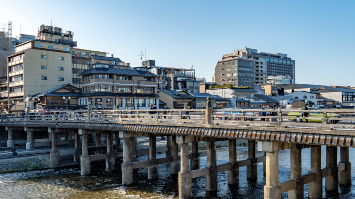 With the help of a professional photographer, find out how to take great photos of some of the most photogenic spots along the Kamogawa River in Kyoto.